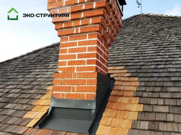 Деревянная крыша. ремонт дымохода.