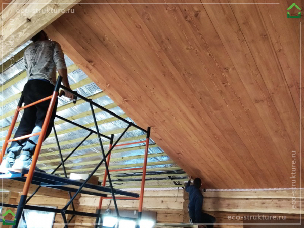 Начало монтажа облицовки потолка