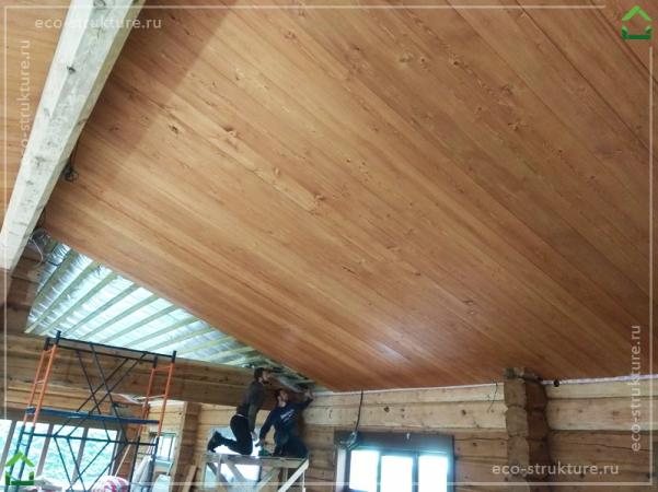 Установка отделочной доски из лиственницы на потолок