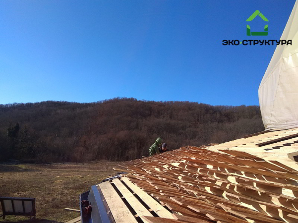 Начало монтажа деревянной черепицы