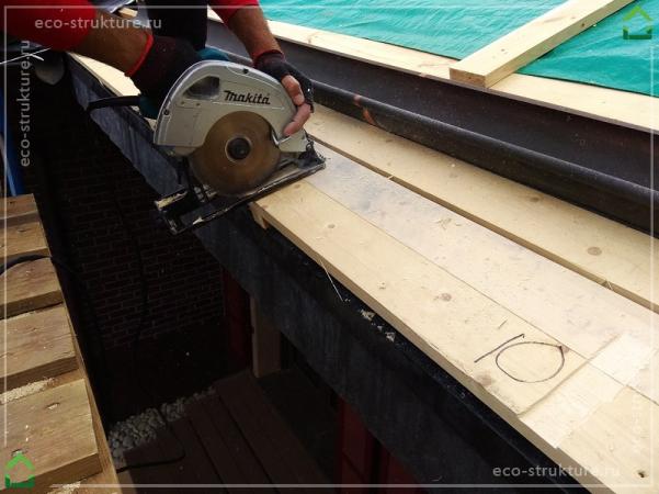 Подготовка к установке крюков водосточного желоба