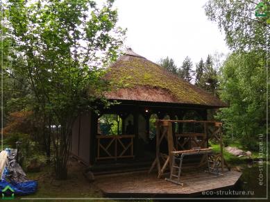 Начало работ по механической очистке тростниковой крыши