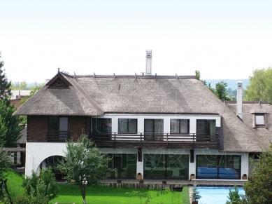 Частный дом. Крыша из тростника.